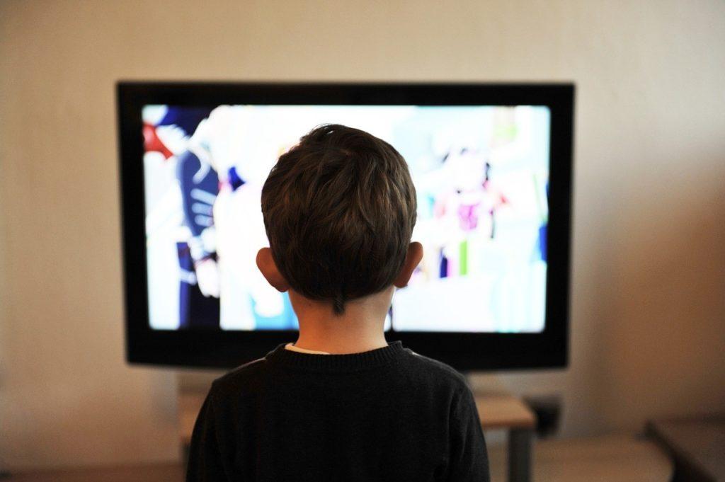 enfant regardant la tele